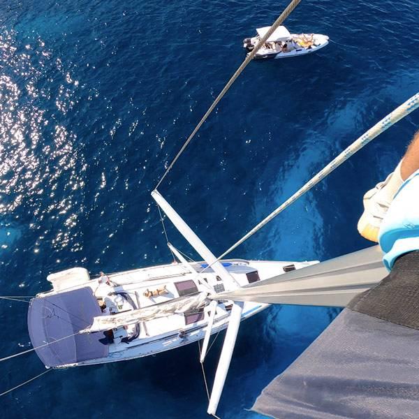 Extérieur d'un voilier sur la mer vue de haut