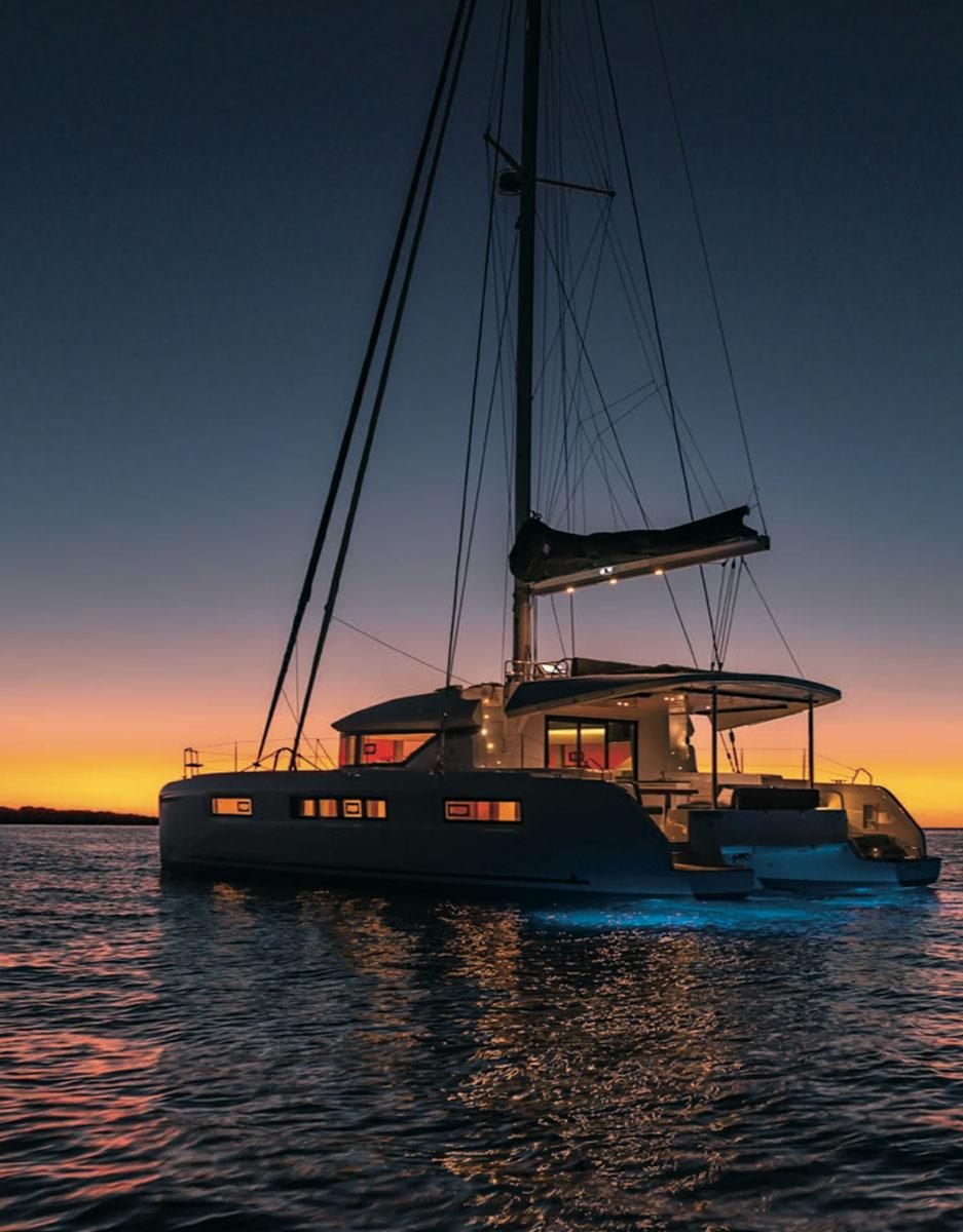 Extérieur d'un voilier sur la mer avec coucher de soleil