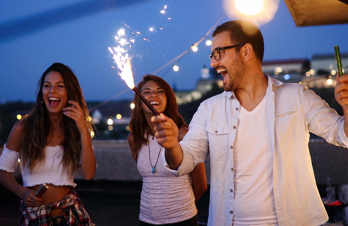 Jeunes gens en train de faire la fête de nuit
