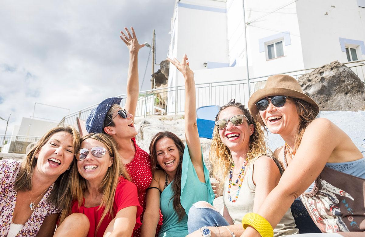 Jeunes femmes amies souriantes