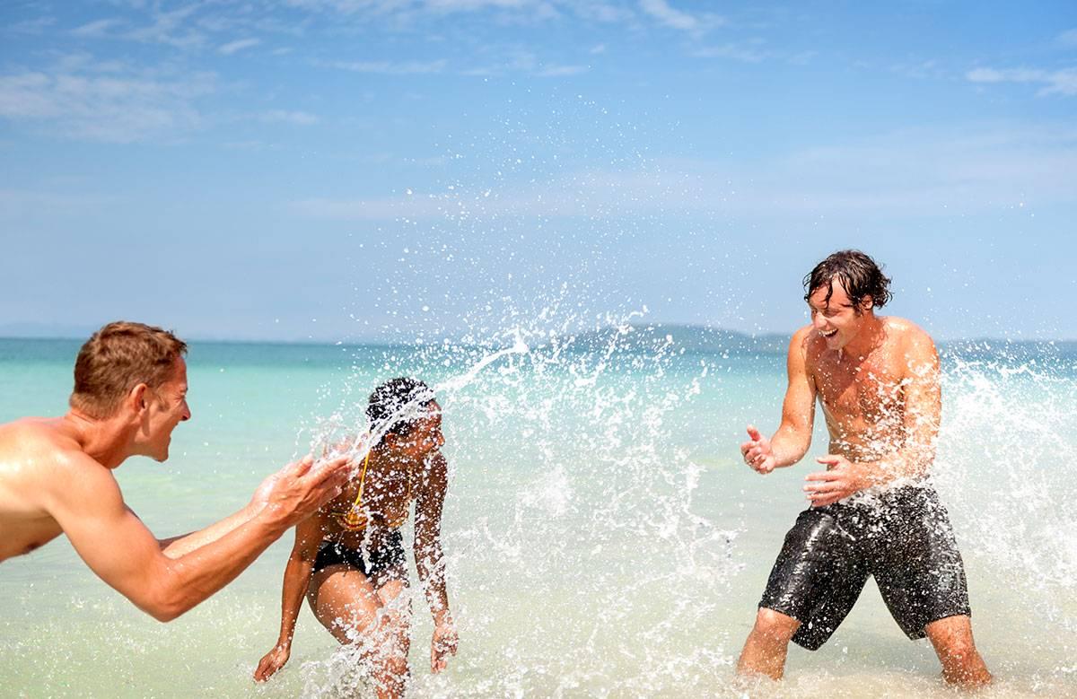 Adolescents qui s'amusent en vacances à la plage
